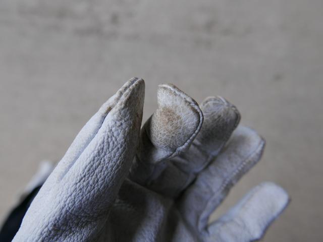 豚皮手袋の指先の画像