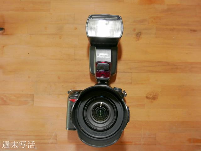 カメラにフラッシュを取り付けた画像